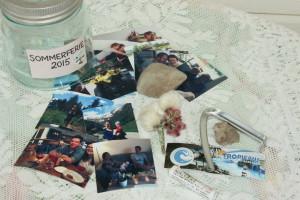 Teltplugg fra første telttur, båtbillett fra første båttur, blomster, steiner og bilder